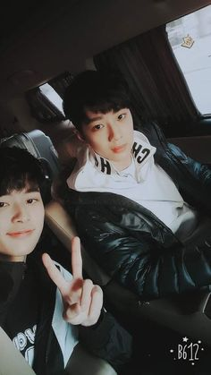 Kuan Lin and Seon Ho / 라이관린 &유선호 I love friendship K Pop, Yoo Seonho, Guan Lin, Lai Guanlin, Thing 1, Produce 101 Season 2, Boy Pictures, Ha Sungwoon, 3 In One