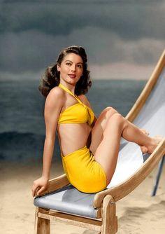 Ava Gardner traje baño amarillo