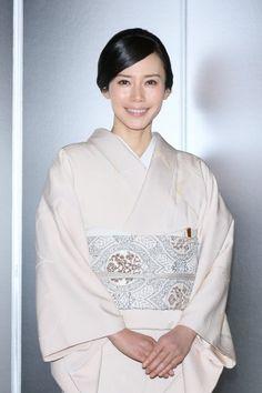 中谷美紀 Miki Nakatani Japanese Costume, Japanese Kimono, Japanese Beauty, Asian Beauty, Kimono Fashion, Love Fashion, Modern Kimono, Kimono Design, Kimono Dress