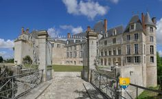 Château de Saint-Brisson sur Loire  Le château se Saint-Brisson sur Loire est à seulement 5km à vol d'oiseau du château de Gien. Sa position dominante à 1,5 km environ des rives de la Loire lui permet d'avoir une vision large jusqu'au château de Gien. Fermé en 2015, il a été racheté par Lancelot Guyot ( 24 ans ) pour 500 000 et ré-ouvert au public en juin 2016. N'oubliez pas de cliquer sur la photo, pour voir les heures de visite, l'historique et les nombreuses photos des intérieurs…