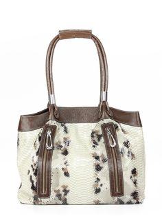 Bolsa feminina de couro estampa cobra, com detalhes e alças em couro liso contrastante.