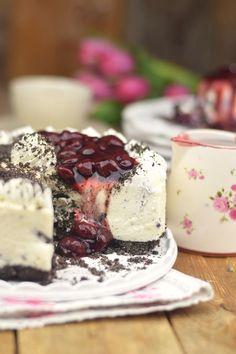 Oreo Vanille Torte mit heißen Kirschen - Oreo Vanilla Cake with Cherries | Das Knusperstübchen