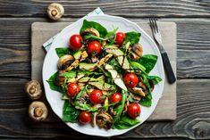 Fettarmer Apfel-Quark-Auflauf für bewusste Genießer This avocado salad brings a breath of fresh air into your salad kitchen – and at just 324 calories. Avocado Chicken Salad, Spinach Salad, Caprese Salad, Nutrition Tips, Healthy Nutrition, Paleo Diet, Holistic Nutrition, Keto, Healthy Salads