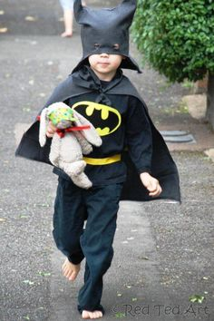 Batman Costume DIY - how to turn an old pair of suit pants into a batman costume for kids. Easy Halloween Costume and Upcycled project Evil Queen Halloween Costume, Batman Costume For Boys, 30 Diy Halloween Costumes, Diy Superhero Costume, Batman Costumes, Batman Outfits, Boy Costumes, Super Hero Costumes, Halloween Ideas