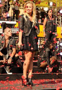 Demi Lovato le scarpe sono stupende uno stile elegante ma rock allo stesso tempo