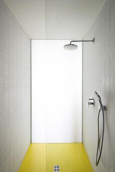 Litá polyuretanová podlaha ve výrazném žlutém odstínu vede až do sprchového koutu. Bathtub, Bathroom Ideas, Home Decor, Dekoration, House, Standing Bath, Bathtubs, Decoration Home, Room Decor