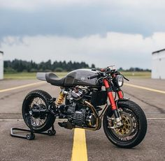 A badass Honda cafe racer ! Cx500 Cafe Racer, Suzuki Cafe Racer, Cafe Racer Motorcycle, Ducati, Honda Cx500, Honda Scrambler, Moto Cafe, Cafe Bike, Custom Cafe Racer