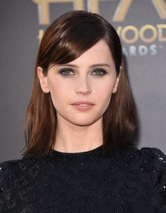 Felicity Jones Elevates the Smoky Eye With a Hint of Sapphire Color