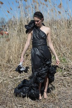 One man's trash is another girl's couture Avangard Fashion, Fashion Shoot, Trash Bag Dress, Trash To Couture, Crazy Costumes, Recycled Dress, Recycled Fashion, Halloween Disfraces, Diy Dress