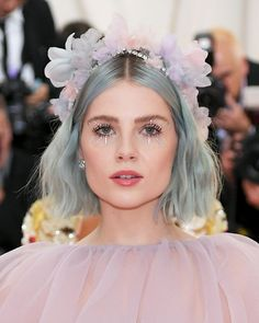 Met Gala Red Carpet: See the Jaw-Dropping Beauty Looks Lucy Boynton Boynton looks like the most stylish Coachella reveller there ever was with washed out blue-grey waves and a pretty flower crown. Beauty Make-up, Fashion Beauty, Beauty Hacks, Hair Beauty, Make Up Looks, Met Gala Red Carpet, Glamour, Aesthetic Makeup, Hair Inspo