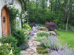 Front Yard Garden Design 5 Inspiring Ways to Create a Cottage Style Garden - Town Farmhouse Landscaping, Modern Landscaping, Front Yard Landscaping, Landscaping Design, Privacy Landscaping, Front Walkway, Small Gardens, Outdoor Gardens, Modern Gardens