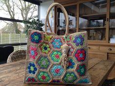 kind of loving this Crochet Tote, Crochet Handbags, Crochet Purses, Love Crochet, Diy Crochet, Hessian Bags, Jute Bags, Crochet African Flowers, Modern Crochet