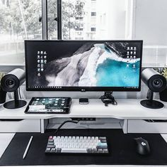 Moderner und minimaler Arbeitsbereich und Schreibtischaufbau von Benjamin ( Modern and minimal workspace and desk construction by Benjamin ( Computer Desk Setup, Gaming Room Setup, Pc Desk, Pc Setup, Workspace Desk, Gaming Computer, Home Office Setup, Home Office Design, Office Desk