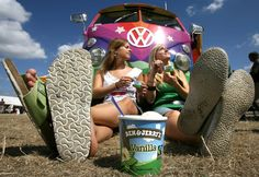 It looks like snack time for this splitty ; T1 Bus, Volkswagen Bus, Vw Camper, Vw T1, Auto Girls, Hot Vw, Bus Girl, Vw Vintage, Hippie Lifestyle