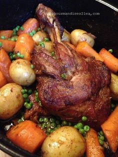 C'est tellement simple d'oublier sa cocotte dans le four pour ne l'ouvrir que quelques heures plus tard. En voilà un un vrai plat du week-end. C'est d'ailleurs souvent comme ça que je prépare l'épaule d'agneau. Ce type de cuisson permet d'obtenir une...