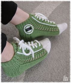 On nyt tullut niin p Knitted Slippers, Crochet Slippers, Knit Crochet, Knitting Socks, Hand Knitting, Knitting Patterns, Woolen Socks, Sock Crafts, Knit Shoes