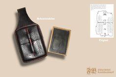 Wachstafelfutteral aus gepresstem Leder nach einem Fund aus Den Briel (Niederland); Leder mit Färbung auf Eisenoxidbasis mit abgesetzten Nähten aus rotem Leinenzwirn; Stylus aus Bein mit Rotholzfärbung diente gleichzeitig als Verschluss.