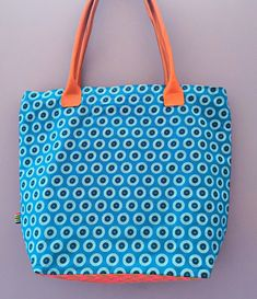 Sac Cabas Turquoise - Base en tissu Shweshwe Rose - 100% coton - intérieur en Jean solide. Lavable en machine African Name, The White Stripes, Turquoise, Car Keys, Denim Fabric, My Baby Girl, Fabric Design, Leather