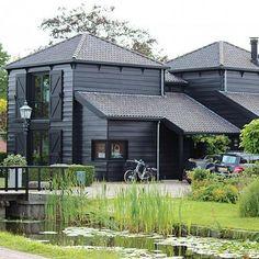 Breddels Architecten - Het Zwarte Huis, Dorpsstraat, Nieuwe Niedorp Modern Country, Modern Farmhouse, Beautiful Buildings, Beautiful Homes, Build Your House, Villa, Dutch House, Barns Sheds, Shed Homes
