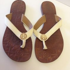 5849a272ef175 Tory Burch IVORY Patent Leather Gold Logo Thora Sandal Flip Flop Thong 9 M