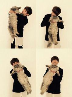 BTS - V (Kim Taehyung). I would be a cat if that meant Taehyung could hold me. V Bts Cute, I Love Bts, Daegu, Foto Bts, Bts Bangtan Boy, Jimin, Rapmon, Kpop, Sunshine Line