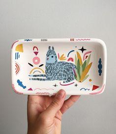 Beautiful tray/dish by Miriam Brugmann Pottery Painting, Ceramic Painting, Ceramic Art, Ceramic Design, Décor Boho, Ceramic Pottery, Diy And Crafts, Illustration Art, Artsy