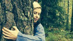 """Ennen kuin avaan sylini männylle, vilkuilen huolellisesti ympärille, eihän minulla ole katselijoita.      Ensimmäisen kerran halasin puuta vuonna 2008. Ensimmäinen ajatukseni silloin oli, että ei kai vaan kukaan näe minua. Onnekseni oli pimeää. Katsoin ylöspäin ja näin puun siluetin taivasta vasten. Olo tuntui aika pieneltä painautuessani vanhan rungon kylkeen. Aika nopeasti hartiat rentoutuivat ja mieleen tuli ajatus, """"ei mitään hätää""""...  #Luonto  #Metsä  #Yhteys"""