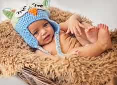 A baby is wearing a blue cap. One Year Old Baby, Crochet Hats, Cap, Photoshoot, Brown, How To Wear, Blue, Knitting Hats, Baseball Hat