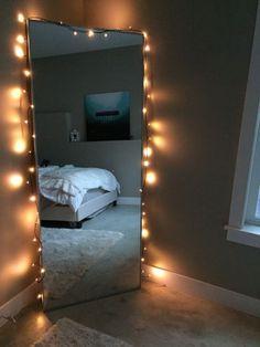 Espejo de pie con luces en un rincón