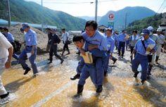 スタッフのせいかよ(ーー;)短靴で渡っている人もいるじゃないか。  豪雨被害で岩手県を視察した務台復興政務官が、おんぶされて水たまりを渡っていた問題で、今村復興相は「準備をしなかったスタッフの対応もまずかった」と述べた。