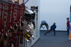 Przed wejściem na stok...  Przed wejściem na stok SkiMondo instruktor przeprowadzi rozgrzewkę, by jak najlepiej przygotować nasze ciało do jazdy na nartach czy desce snowboardowej. Instruktor pomoże również dopasować odpowiedni sprzęt. Te wszystkie czynności nie tylko przygotowują do jazdy na sztucznym stoku, ale także mają nauczyć nas jak w przyszłości przygotować się do jazdy na prawdziwym górskim stoku.  http://skimondo.pl #nartygdansk #naukajazdynanartachpomorskie