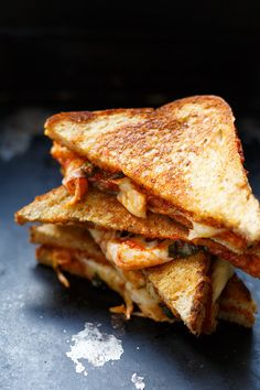 Köstliches Pizza Grilled Cheese Sandwich mit würziger Tomatensauce, Basilikum, Oregano und geschmolzenem Käse. Dieses Rezept ist super einfach und SO gut!