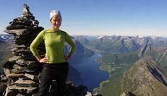 Wandelen bij Slogen met uitzicht over de Hjørundfjord en de Alpen van Sunnmøre, Noorwegen - Foto: Bjørn Isene