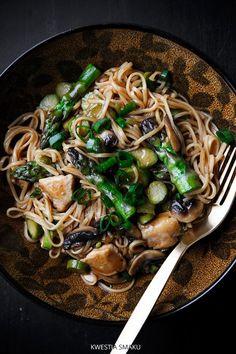 Chow mein z kurczakiem i szparagami Nutrition Meal Plan, Healthy Diet Plans, Healthy Eating, Healthy Recipes, Healthy Food, Clean Eating Meal Plan, Clean Eating Recipes, Whole Food Recipes, Dinner Recipes