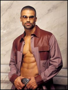I don't like the outfit but shemar moore is so hot!!!!