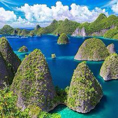 Divers paradise ✨❤️❤️✨ Wayag Island, Raja Ampat, West Papua - Indonesia ✨✨ Picture by ✨✨@irma_theorange✨✨ #Padgram
