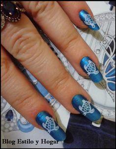 Nail art con base azul y estampado de tortuga