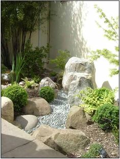 Utilizing a little space on the corner of the yard into a garden with a small set of Japanese style.