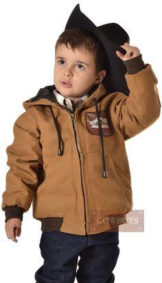 Jaqueta Infantil Lona Cavalos. Jaqueta Infantil na cor marrom, com capuz, bolsos individuais na frente, fechamento com zíper. Ótima opção para deixar seu filho no estilo country e bem aquecido.