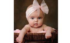 Que tal um grande laço com tecido transparente na bebê?. Foto: Pinterest/Michelle Harmoning