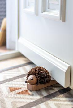 Der stachelige Türstopper-Igel ist ein hübscher und zugleich praktischer Türstopper. #plastikfrei #plasticfree #handgemacht #decoration #usefuldecoration #nützlichedekoration #nachhaltig #ecofriendly #giftidea #doorstop #bürstenerzeugung