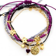 Accesorios para mujer - Detalles que enamoran. Espectacular set de 3 pulseras elaboradas a mano con hilos gris, morado, negro, flores, corazones y estrellas.