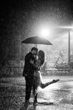 Pareja bajo la lluvia.