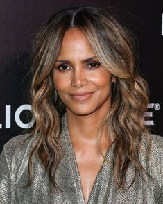 Halle Berry at the 2019 CinemaCon Big Screen Achievement Awards. Estilo Halle Berry, Halle Berry Style, Halle Berry Long Hair, Halle Berry Hairstyles, Loose Hairstyles, Pretty Hairstyles, Celebrity Makeup Looks, Celebrity Beauty, Lights