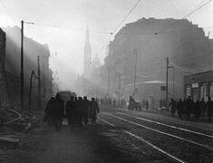 """Panorama Marszałkowskiej w kierunku południowym, pomiędzy placem Zbawiciela, a Koszykową.  Rok 1945.  Fotografia pochodzi z archiwum Stanisława Jankowskiego """"Agatona"""", AAN."""