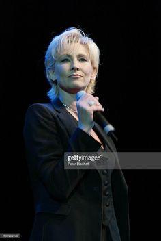 Claudia Jung, 'Die grosse WDR 4-Schlager-Starparade', Oberhausen, , Sängerin, Auftritt, Bühne, Mikrophon, 100225, Promi, P.-Nr.:1099/2003, HS; Foto: P.Bischoff/CD;