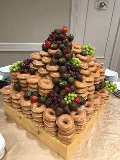 Alternative wedding cake with Krispy Kreme donuts Doughnut Wedding Cake, Wedding Donuts, Doughnut Cake, Wedding Desserts, Krispy Kreme Wedding Cake, Krispy Kreme Donut Cake, Donut Tower, Donut Bar, Festa Jack Daniels