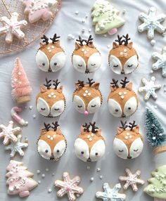 Reindeer cupcakes anyone? 🦌❄️🎄💖 Love these adorable pastel gingerbread cupcakes & cookies with Rudolph the pink nosed reindeer 😆 via… Winter Cupcakes, Christmas Cupcakes, Fun Cupcakes, Cupcake Cookies, Christmas Desserts, Christmas Treats, Christmas Baking, Christmas Time, Amazing Cupcakes