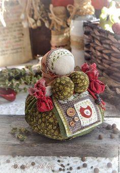 Купить или заказать кукла-оберег Кубышка-травница 'Пряные травы'. в интернет-магазине на Ярмарке Мастеров. Добрая утешница,хранительница семейного здоровья. В юбочке и мешочках у куколки-пряные травы,привезённые из Италии-сухие тимьян,базилик,розмарин.Ароматная.Выполнена из хлопка и льна бесшитьевым способом.Деревянные чёрные бусины имитируют чёрный перчик-горошек.Для любителей пряностей,составит добрую компанию на кухне. С пожеланиями крепкого здоровья и добра!