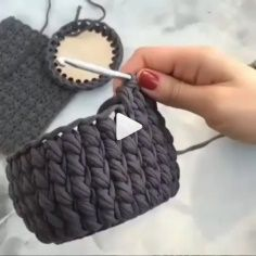 How to knit makeup basket video tutorial - Craft Day Crochet T Shirts, Diy Crochet And Knitting, Crochet Videos, Stitches Makeup, Makeup Basket, Crochet Organizer, Crochet Abbreviations, Craft Day, Bracelet Crafts
